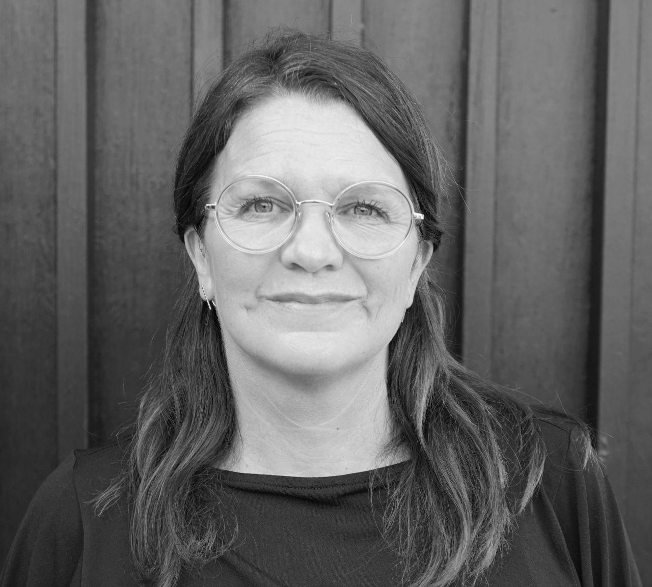 Projektchef Anja i sort og hvid profilbillede